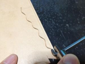 ステッチンググルーバーで溝を彫る